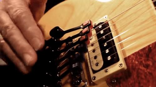 Hammer Jammerというパーカッシブなギター演奏器具